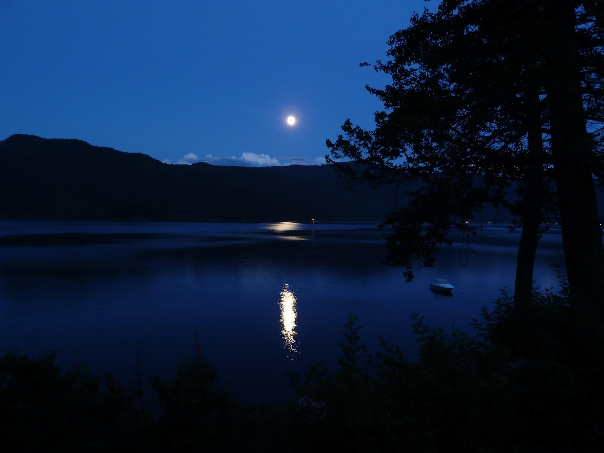 moon-65957_1920.jpg