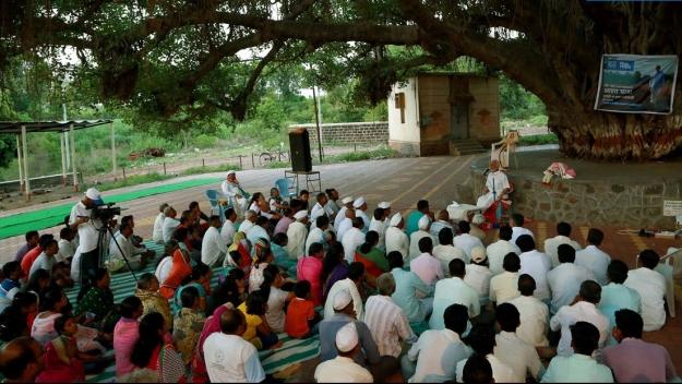 9-idyllic-setting-for-satsang-under-a-banyan-tree-and-next-to-the-temple-bhose-sangli-maharashtra.jpg